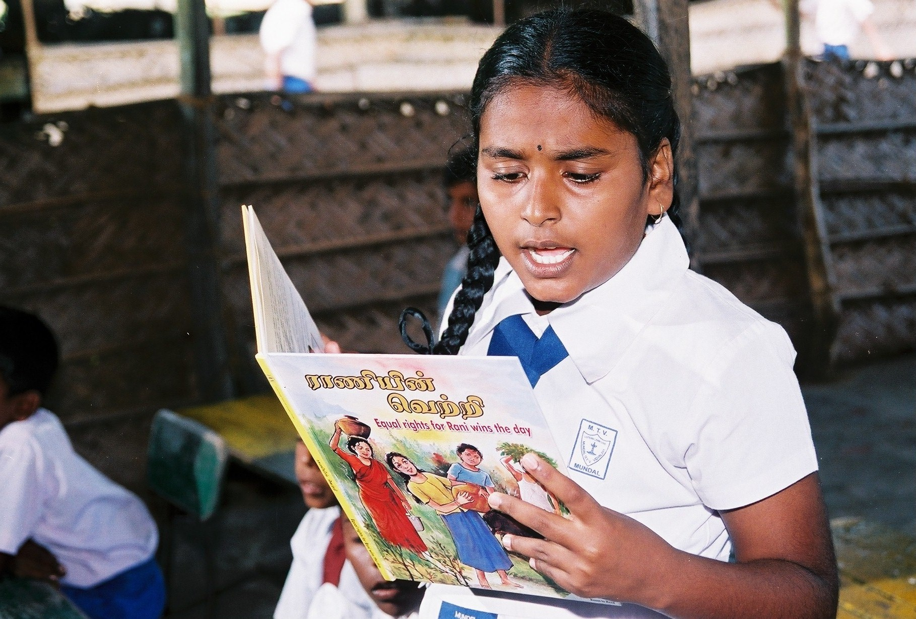 Sri-Lanka_girl-reads-from-llp-bok_0.jpg